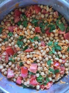 Σαλάτα από ρεβύθια με ωμό καρότο και ντομάτα...