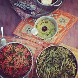 Σαλάτα με ρεβύθια, μακαρόνια ολικής με ωμό pesto σπανακιού και λατρεμένο γουακαμόλε!