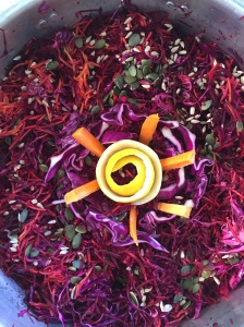 Σαλάτα με ωμά παντζάρια, κοκκινο λάχανο, ωμό καρότο και κολοκυθόσπορους!
